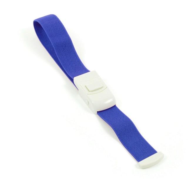 El torniquete es fácil de manejar y está disponible en diferentes colores.