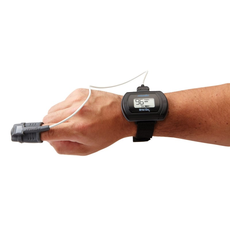Compact device for attaching to wrist, optimised port for finger sensor