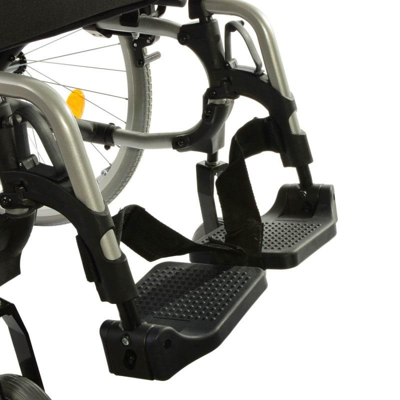 Mit schwenk- und abnehmbaren Fußstützen mit Sicherungsgurten