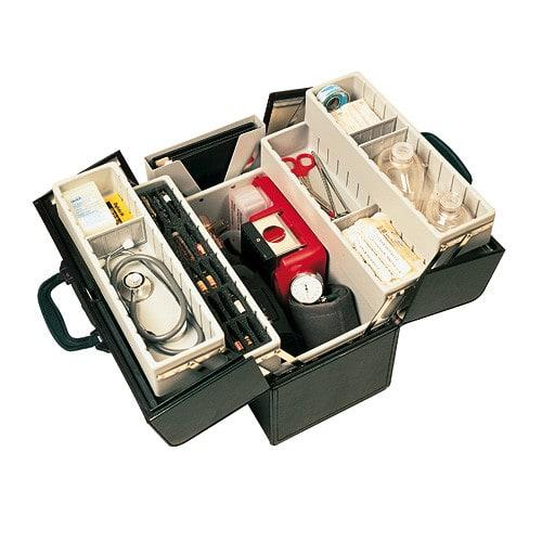 Der Arzt-Koffer besitzt eine variable Fächereinteilung und Ampullarien für 46 Ampullen