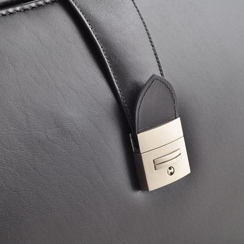 Die Leder-Arzttasche im Stil der englischen 1920er Jahre kann abgeschlossen werden