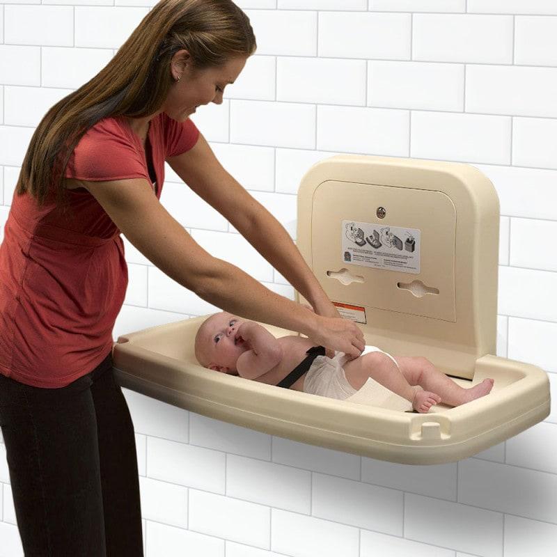 Während des Wickelns kann das Baby mit dem integrierten Gurt gesichert werden