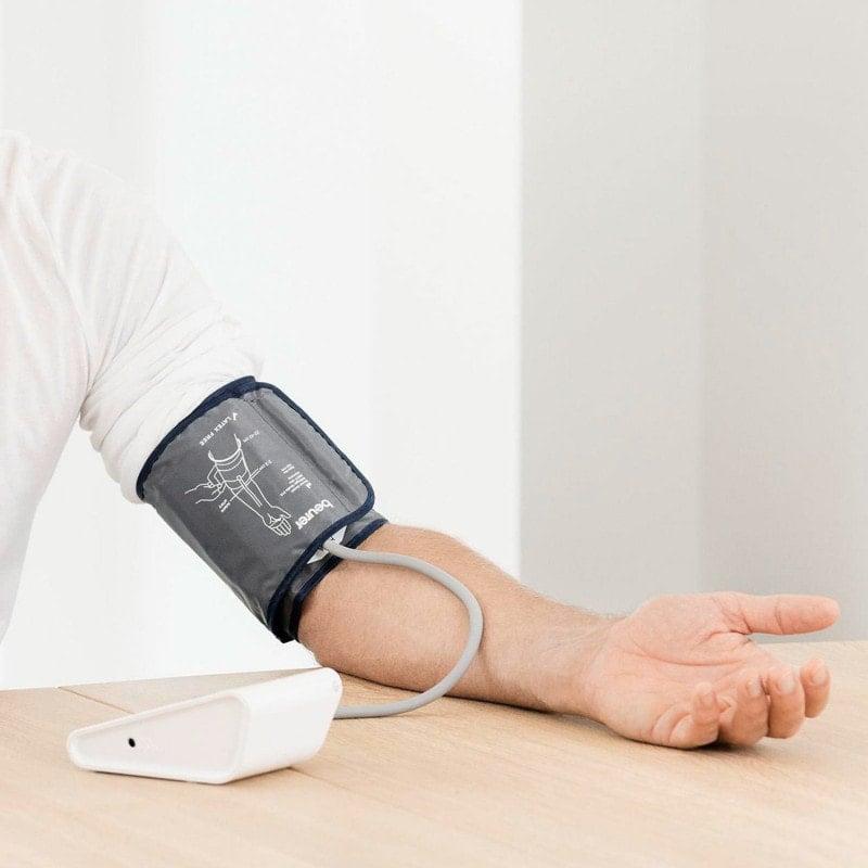 Brazalete universal y control de posición del brazalete para obtener resultados de medición precisos
