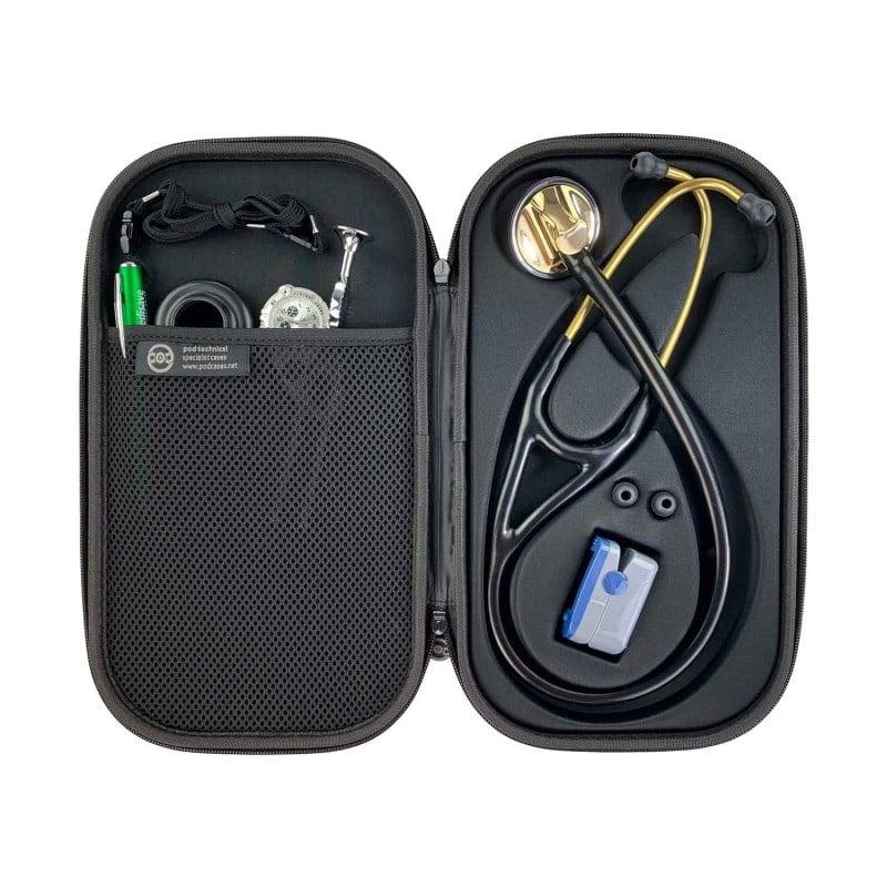 Mit Netzfach für diagnostische Instrumente, wie z. B. Cliplampe oder Stimmgabel