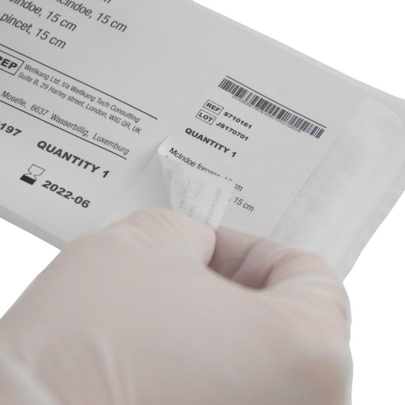 Sterilverpackung mit zwei abziehbaren Aufklebern zur Dokumentation