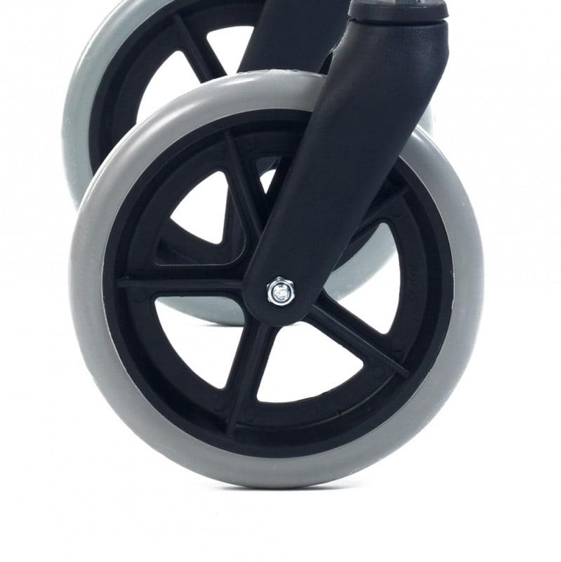 Durch seine Vollgummi-Reifen ist der Rollator besonders alltagstauglich