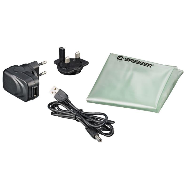 La entrega incluye una funda protectora contra el polvo y una fuente de alimentación con cable USB