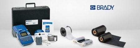 Verschiedene Etikettendrucker des Herstellers Brady und passendes Zubehör wie Nachfüllkasetten und Etiketten