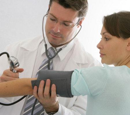 Oberarmmessung mit dem Blutdruckmessgerät