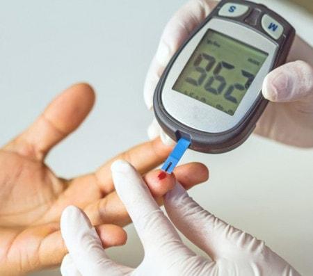 Mesure du taux de glycémie avec un lecteur de glycémie