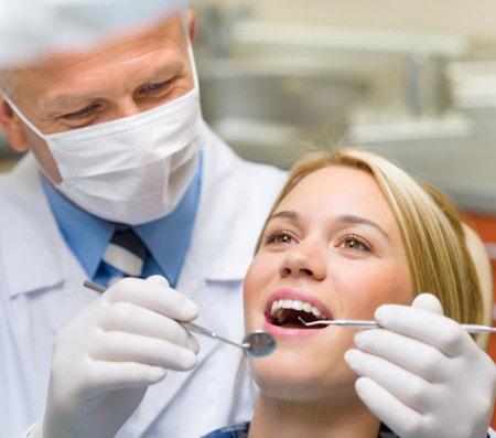 Behandlung bei Zahnarzt