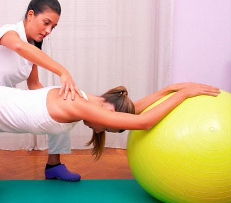 Exercices thérapeutiques avec le ballon d'exercice