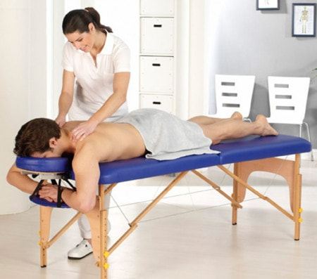 Behandlung auf der Massageliege