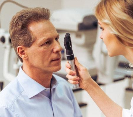 Augenhintergrund-Untersuchung mit dem Ophthalmoskop