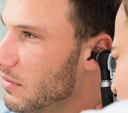 Ohrenspiegelung mit dem Otoskop