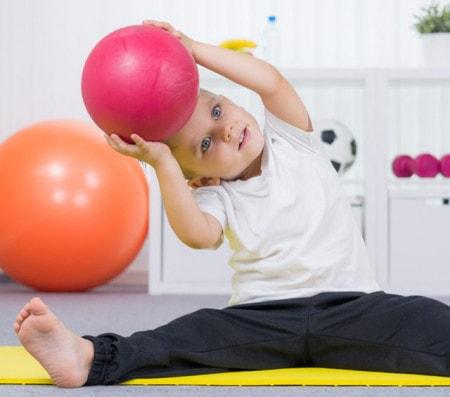 Trainingsbänder, Medizinbälle und Steps für die Therapie