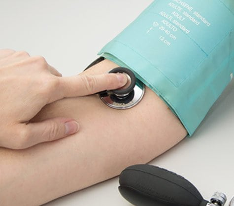 Mesure de la tension artérielle avec le stéthoscope plat