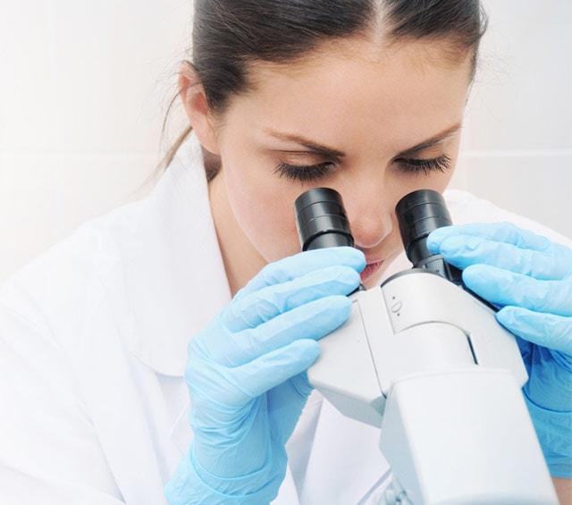 Examen de laboratoire au microscope